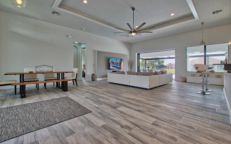 Bild auf den Wohnzimmerbereich des Neubaumodells Beach Cove