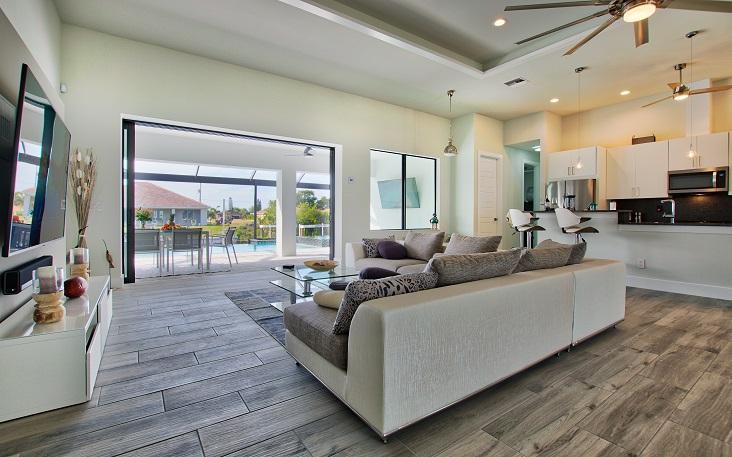 Bild mit Blick auf den Terrassenbereich vom Wohnzimmers aus des Neubaumodells Beach Cove