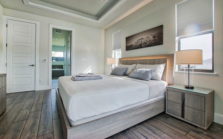 Bild 2 mit Blick auf das Master Schlafzimmer des Neubaumodells Beach Cove