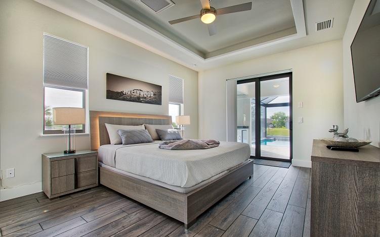 Bild mit Blick auf das Master Schlafzimmer des Neubaumodells Beach Cove