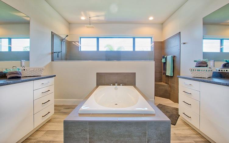 Bild mit Blick auf das Master Badezimmer des Neubaumodells Beach Cove