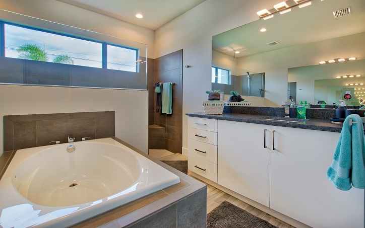 Picture of the New Construction Model Beach Cove viewing the bathtub and the vanities in the master bathroom