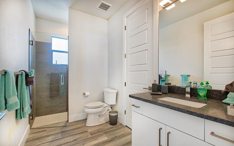 Bild mit Blick auf das Gästesbadezimmer des Neubaumodells Beach Cove