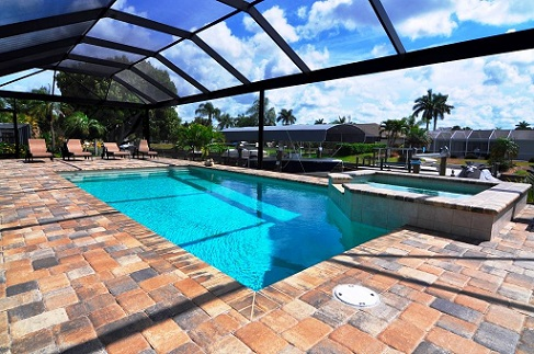 Hausbau Neubaumodell Gulf Gateway 1 in Cape Coral Poolbereich Panoramascreen