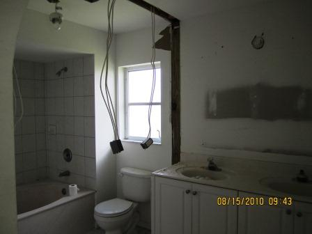 Picture of the bathroom before renovation